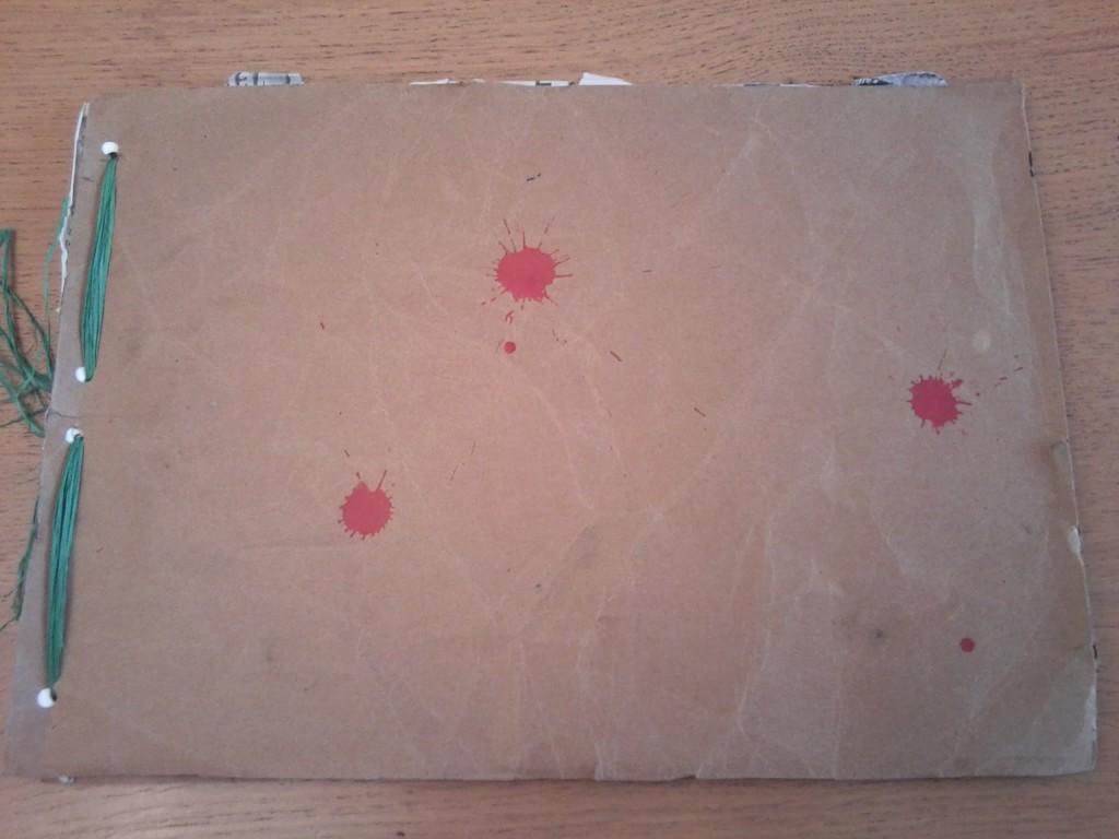 Couverture du carnet : les taches rouges évoquent le sang versé.